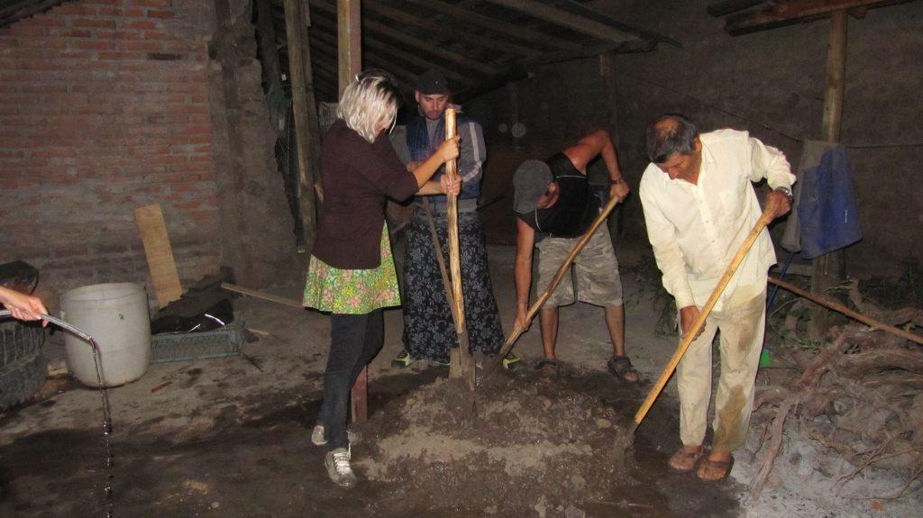 trabajando el adove del monolito en la casa de don Juan del diablo. febrero.2011.