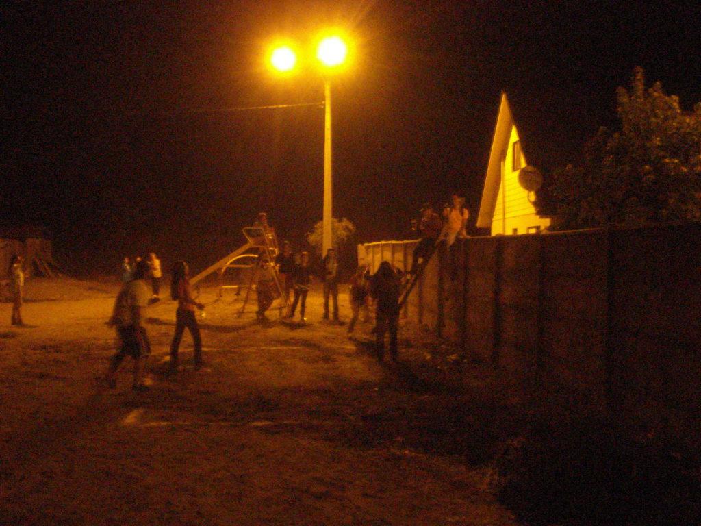 En la noche  residentes y vecinos seguian atravesando la muralla que separaba las poblaciones Don Sebastian y Manantial de Villa Alegre. Febrero,2013.