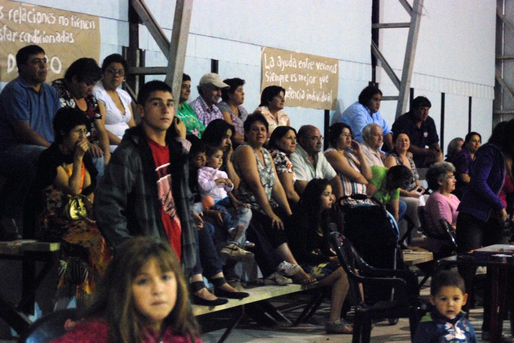 personas que asisten a la feria trueque para ver los espectáculos . Estación Villa Alegre.Chile Febrero, 2012