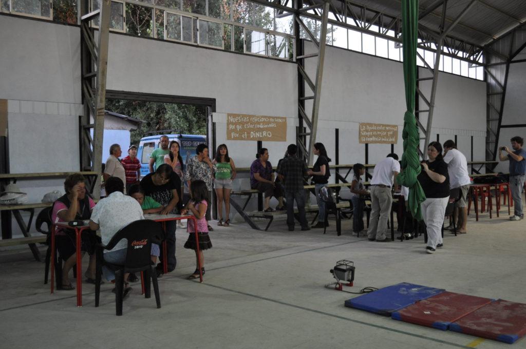 Personas asistentes a la feria trueque para ver los espectáculos . Estación Villa Alegre.Chile Febrero, 2012.
